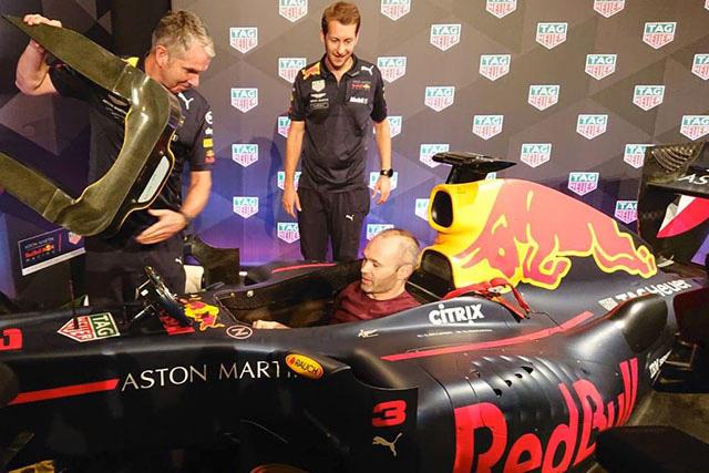 Andrés Iniesta en un monoplaza de la F1