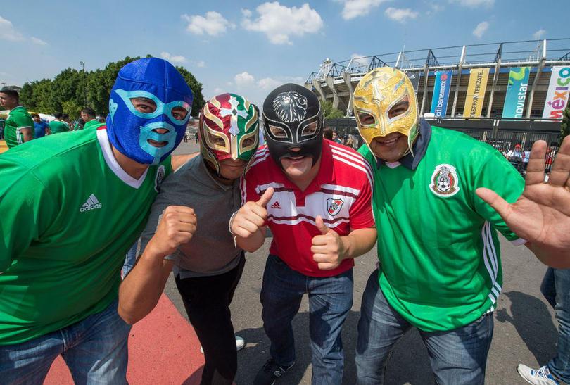 Aficionados con máscaras