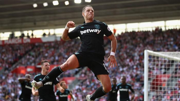 Chicharito festejando un gol