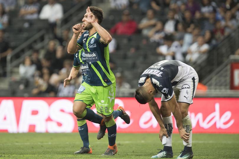 Lucas Cavallini festejando ante Monterrey