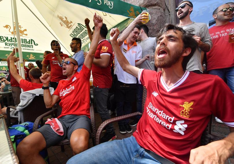 Aficionados de Liverpool alentando antes de la final de la UEFA Champions League