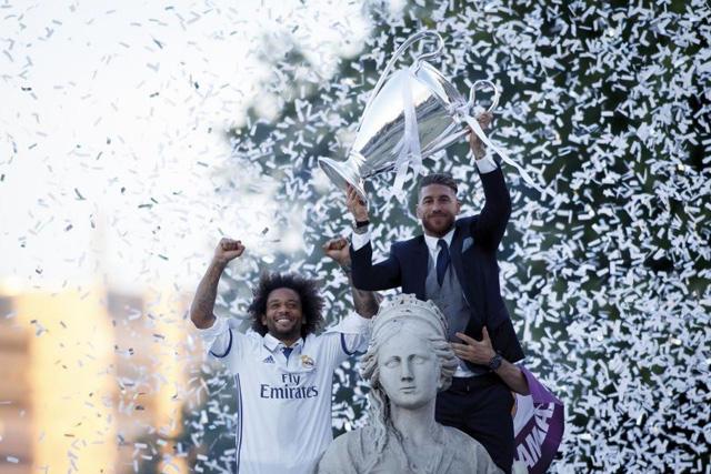Marcelo y Sergio Ramos con el trofeo de Champions