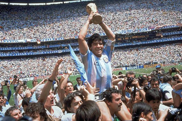 Diego Maradona con la Copa del Mundo en el Azteca
