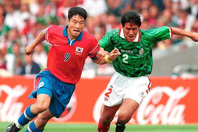 Claudio Suárez disputando un balón con Kim Do-hoon en Francia 98