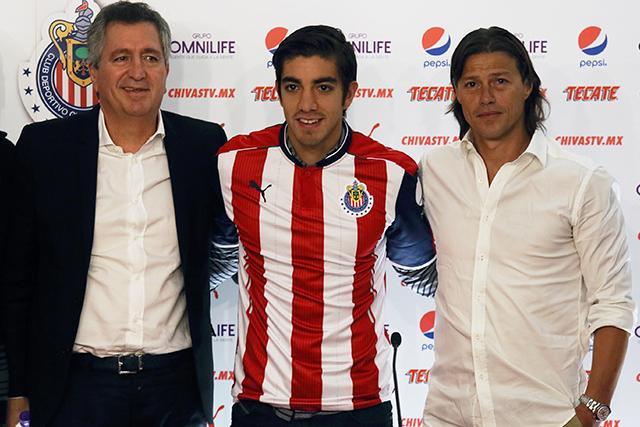 Pizarro en el día de su presentación con Chivas con Jorge Vergara y Matías Almeyda