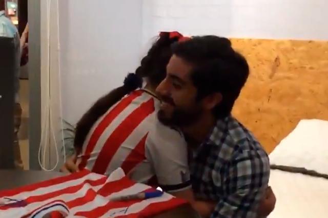 Niña aficionada de Chivas llora al despedirse de Pizarro
