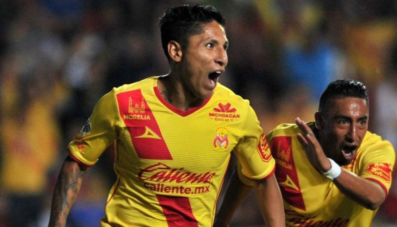 Raul Ruidiaz festejando un gol con el monarcas morelia.