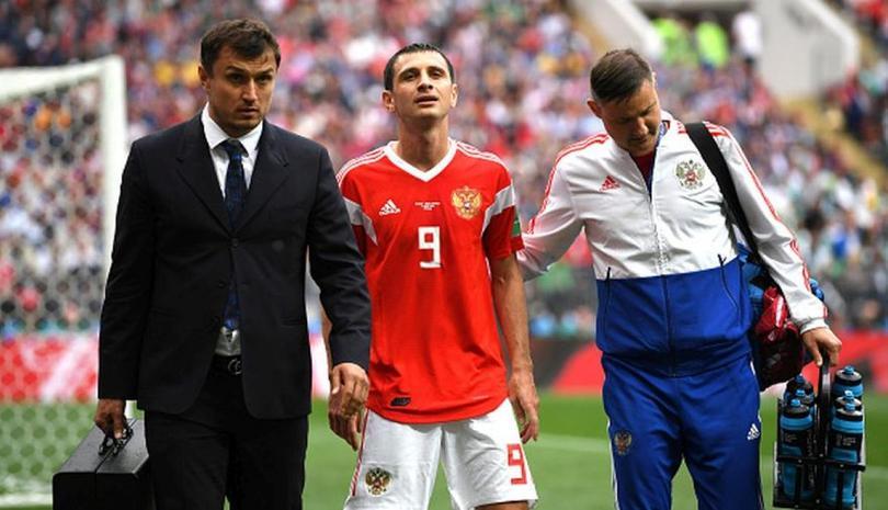 Dzagoev acompañado por el medico de la selección rusa