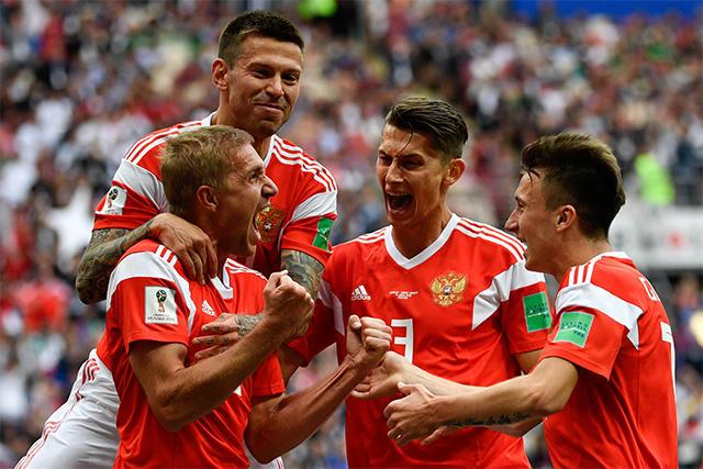 Jugadores de Rusia celebran un gol contra Arabia Saudita