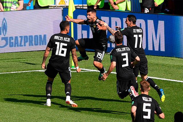 Sergio Agüero celebra el gol contra Islandia
