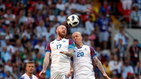 Gunnerson peleando el balon
