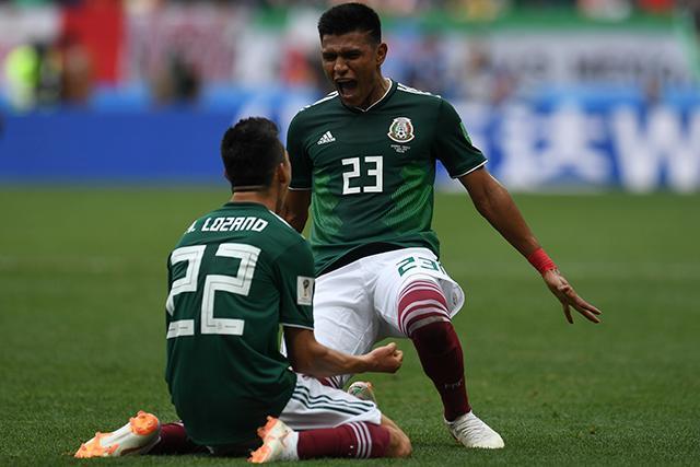 Hirving Lozano y Jesús Gallardo celebrando el gol ante Alemania