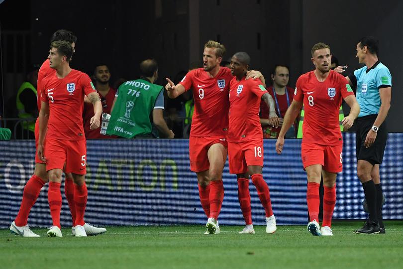 Inglaterra festejando el segundo gol sobre Túnez