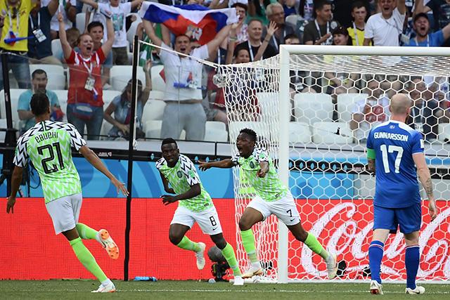 Jugadores de Nigeria celebran el gol