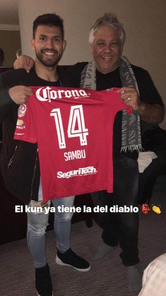 Sergio Agüero posa con la playera de Sambueza