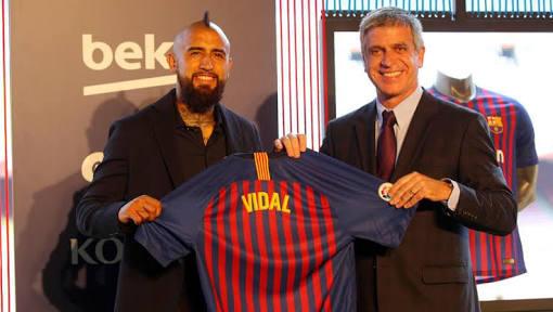 Vidal en su presentación con el Barcelona