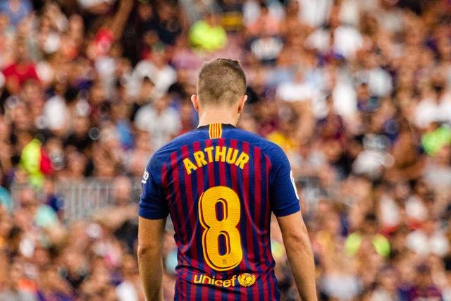 Arthur con el dorsal 8 del Barcelona