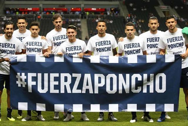 Jugadores de Rayados con una manta en apoyo a Poncho González