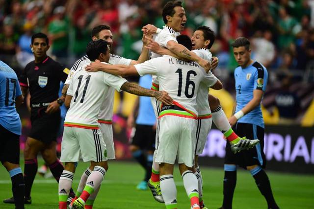 México celebra un gol contra Uruguay