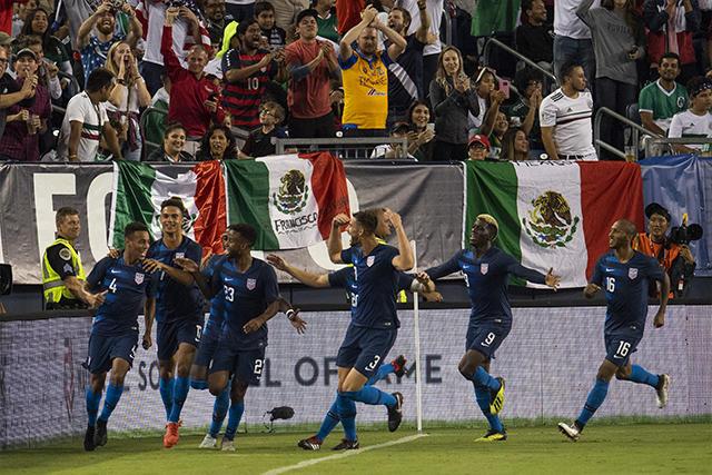 Estados Unidos celebra el gol contra México