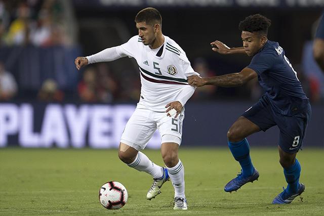Víctor Guzmán en el juego contra Estados Unidos