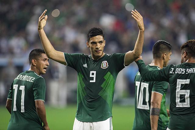 Raúl Jiménez celebra su gol contra Uruguay