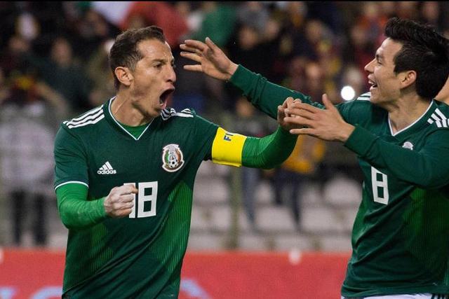 Guardado y Chucky celebran un gol