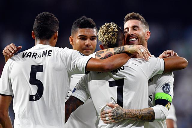 Mariano celebra con sus compañeros su gol en Champions