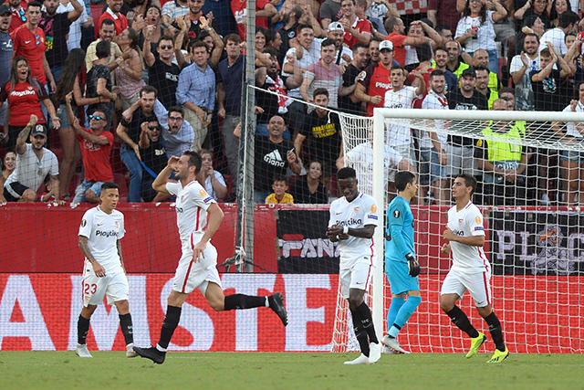 Vázquez celebra su gol ante el Standard de Ochoa