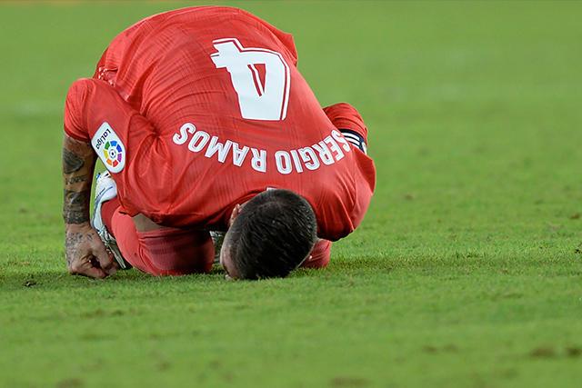 Sergio Ramos en el pasto