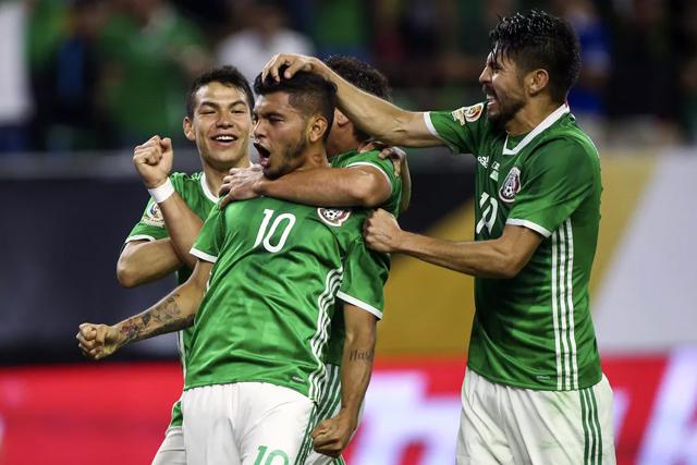 Tecatito Corona celebra un gol con México