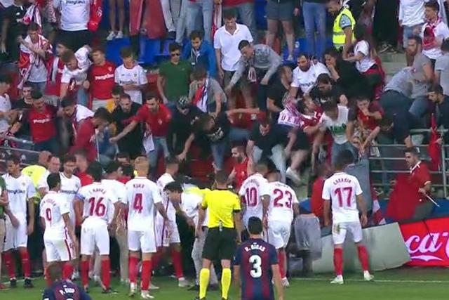 Aficionados caen después de romperse la valla del estadio