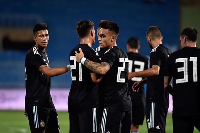 Jugadores de Argentina celebra su gol contra Irak