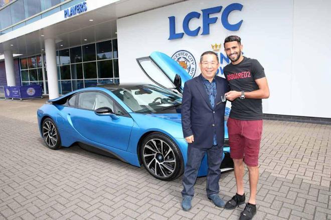 El presidente del club entregando las llaves a Riyad.