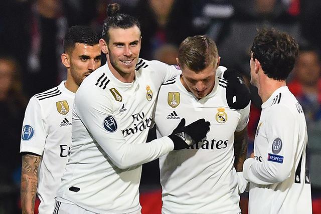 Jugadores del Real Madrid celebran gol contra el Plzen.