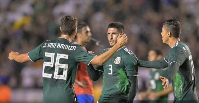 Víctor Guzmán celebrando su primer gol con México