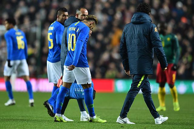 Neymar abandona la cancha tras una lesión en la ingle