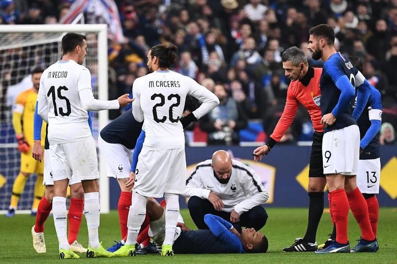 Mbappe siendo revisado por los doctores de Francia