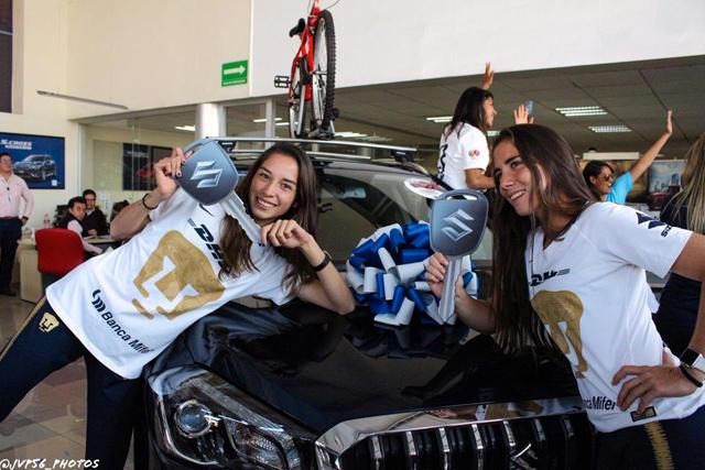 Las jugadoras de Pumas posan junto a su regalo