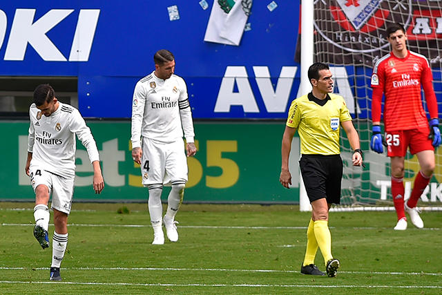 Ceballos, Ramos y Courtois se lamentan tras el gol de Eibar