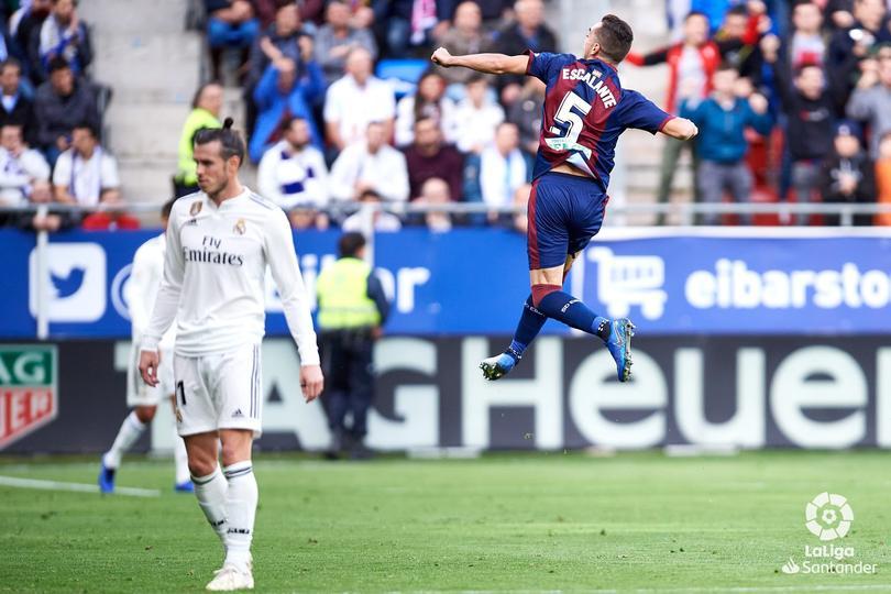 Escalante celebrando el primer gol