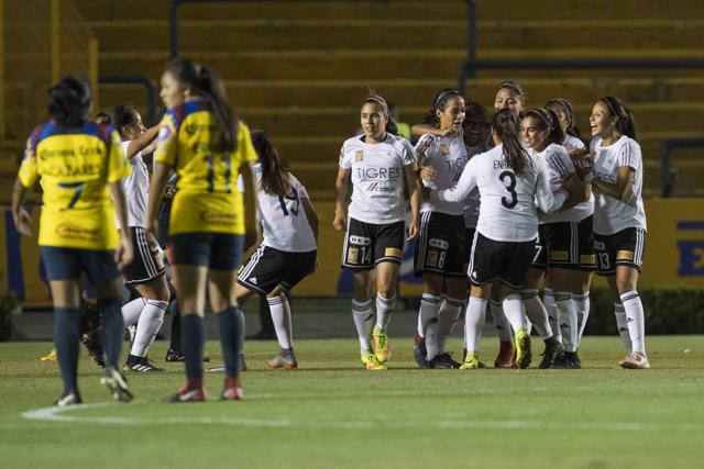 Jugadoras de Tigres celebran un gol en el Clausura 2018