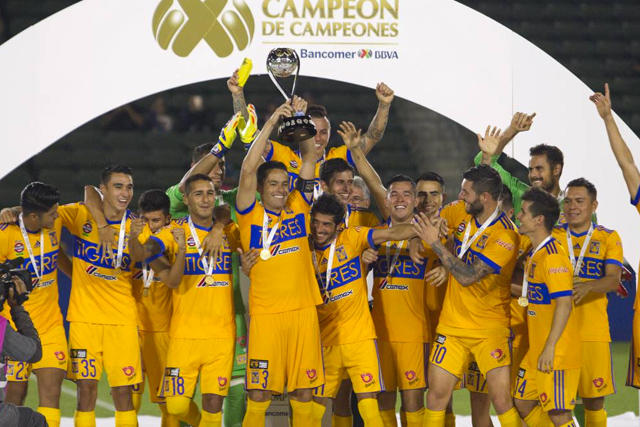 Juninho levanta el trofeo de Campeón de campeones
