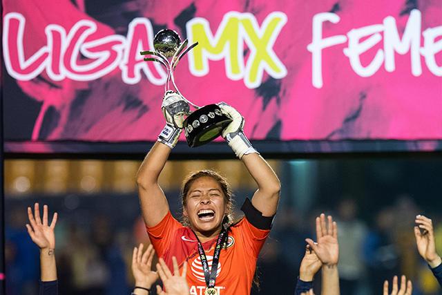 Cecilia Santiago levanta el título de campeón