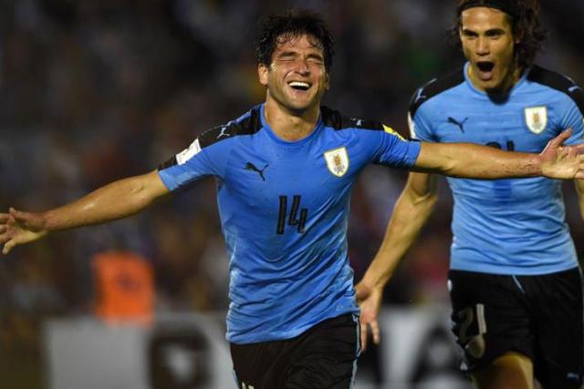 Nicolás Lodeiro celebra un gol con Uruguay