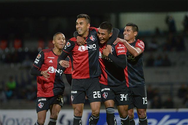 Jugadores del Atlas celebran su gol contra Pumas