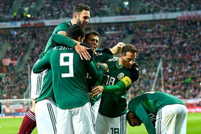 Jugadores de México celebran un gol