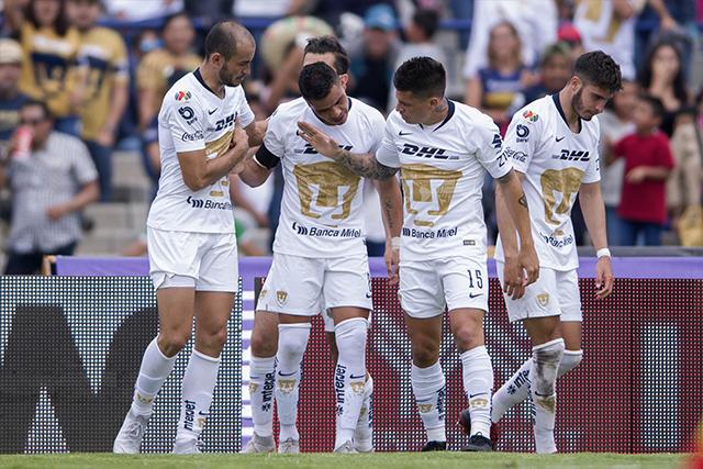 González, Barrera e Iturbe celebran el gol de Pumas