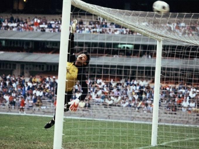 Larios  fue un arquero histórico en el futbol mexicano, activo de 1980 a 1998.