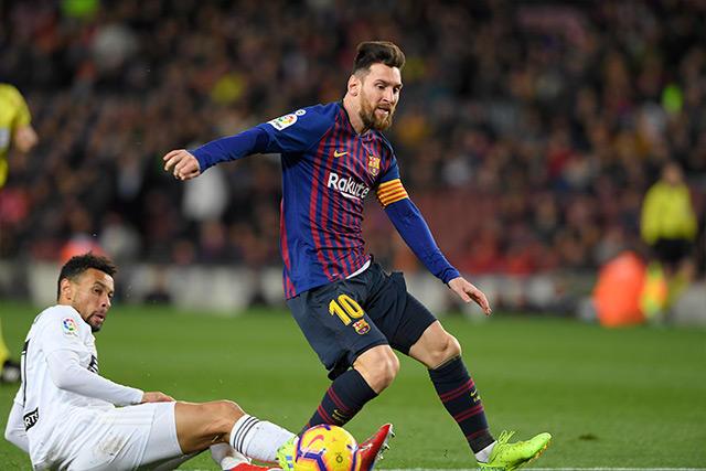 Lionel Messi se quita la barrida de Coquelin